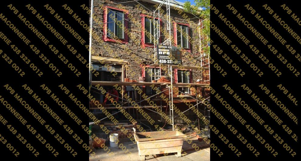 Projet de briquetage maconnerie reparation et restauration de brique sur duplex - Pose de brique neuve Champlain rouge format metrique sur facade avant Reparation d alleges et reparation de linteaux Lieu Ville de Montreal arrondissement Verdun