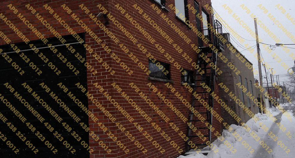 Reparation et restauration de brique sur batiment commercial - Pose de brique rouge La prairie format Quebec recuperees suite au replacement des portes et fenetres Lieu Ville de Montreal arrondissement Hochelaga Maisonneuve