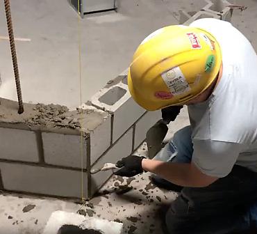 APB Maconnerie Montreal entrepreneur specialise en maconnerie - Travaux professionnels de maçonnerie et briquetage, pose de blocs de béton dans un stationnement souterrain à Montréal.