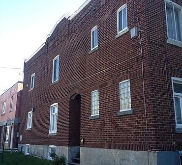 Reparation de mur de brique montreal Cote St-Luc - Réparation de ventre de boeuf Montréal, nettoyage de brique et récuperation de la brique à 100%. Pose de brique récuperée.