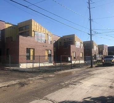 Travaux de maconnerie sur la rive sud de Montreal - Installation de briques sur un bâtiment neuf à La Prairie sur la rive-sud de Montréal
