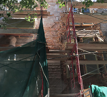 Restauration complete de brique et maconnerie - Projet de restauration complète d'un mur massif de pierres St-Marc. Travaux effectués à Montréal.