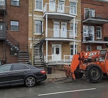 Reconstruction a neuf dune facade de briques sur le Plateau Mont-Royal Montreal - Installation de briques neuves Georgetown Square format Québec de Meridian brick, installation de nouvelles pierres décoratives en béton