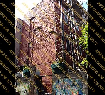 Projet de briquetage maconnerie remise a neuf reparation de facade arriere - Demantelement de la vieille brique reparation des alleges installation de brique neuve Riverdale Smooth format Ontario Lieu Ville de Montreal arrondissement Mont Roy