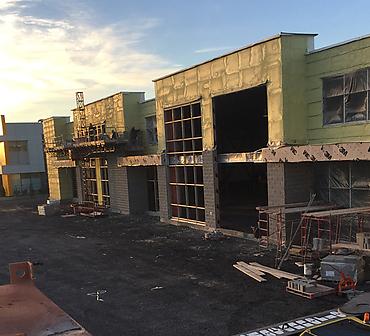 Projet commercial sur le boulevard Matte a Brossard - Installation de blocs architecturaux à faces éclatées gris de Permacon.