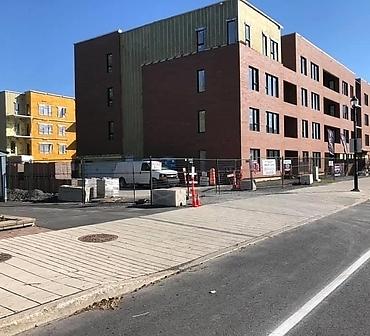 Installation de 125 000 briques a Longueuil sur la rive-sud de Montreal - Pose de briques Cloud Ceramics Kansas Brick&Tile. Installation de 125 000 briques. Installation de brique Longueuil.