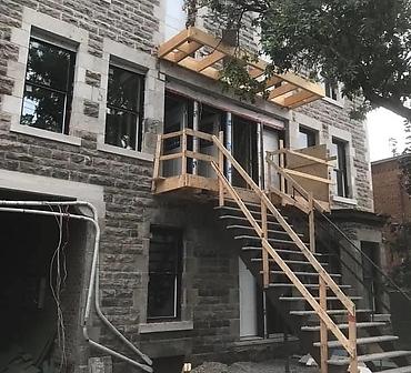 Restauration de pierre de calcaire a Montreal Sud Ouest - Restauration de façades de pierres St-Marc, pierres de calcaire Montréal, dans le sud-ouest de Montréal. Installation de pierre st marc