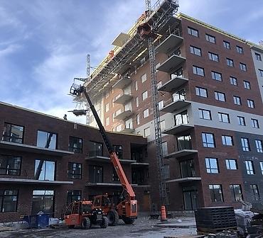 Pose de brique a Montreal - Installation de brique sur bâtiment neuf de condos locatifs à Montréal