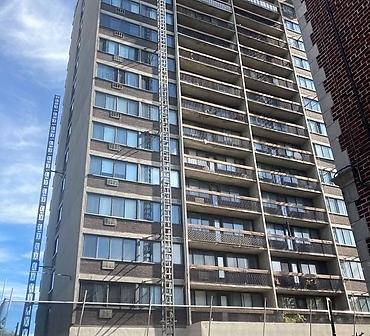 Reparation de briques sur immeuble 16 etages a Montreal - Réparation de maçonnerie sur un immeuble 16 étages. Remplacement de membrane solin intra mural suite à des infiltrations d'eau à Montréal