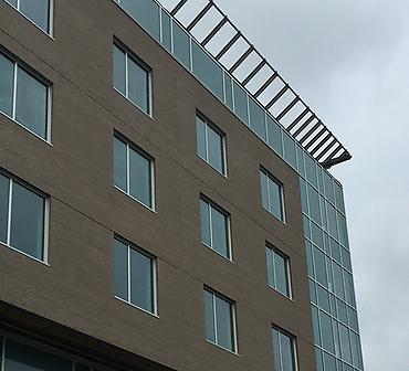 Hotel de Mortagne a Boucherville sur la rive-sud de Montreal - Projet commercial: Agrandissement de l'hôtel de Mortagne à Boucherville. 6 étages avec briques Belden format métrique.