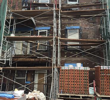 Reconstruction de mur de brique Montreal Hochelaga-Maisonneuve - Démolition d'un ventre de boeuf dangereux, installation de membrane solin et de membrane liquide pour étanchéité