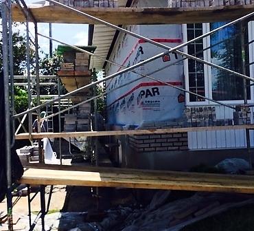 Reparation mur de brique Boucherville - Infiltration d'eau au bas du mur de brique à Boucherville. Reconstruction de façade de brique, réparation du mur de brique.