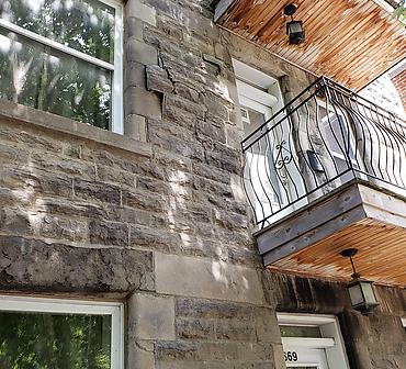 Reparation de ventre de boeuf en pierre St-Marc - Les ventres de boeuf sur un mur de pierre St-Marc, mur de pierre de calcaire ou pierre de Montréal sont souvent causés par des infiltrations d'eau, mouvement du sol ou mauvais entretien