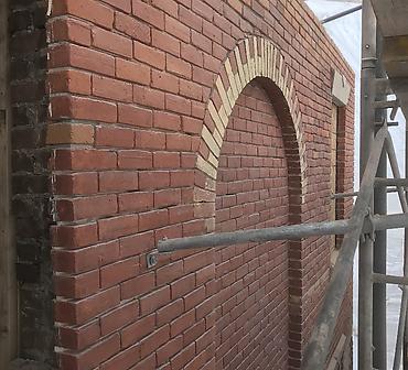 Reparation mur de brique massif a Montreal Saint-Henri - Réparation de ventre de boeuf, brique éclatée, demantèlement mur de brique et reconstruction comme à l'origine, pose arche de porte et fenêtre en brique