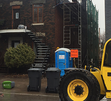 Reparation d'un ventre de boeuf a Montreal - Remplacement de linteaux de béton décoratifs. Rejointoiement complet de la façade. Remplacement d'allèges de fenêtre. Reconstruction du mur avec la même brique.