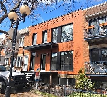 Reparation facade de briques Redland Brick format metrique a Rosemont Montreal - Installation de briques à Montréal. Pose effectuée avec un jeu de briques qui donne un certain cachet.