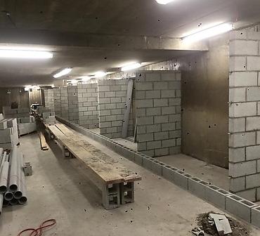 Construction mur de blocs en beton a Montreal - Installation de blocs de ciment pour locker ou rangement au sous-sol d'une tour d'habitation