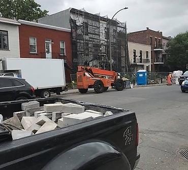 Travaux de briquetage maconnerie a Montreal - Démantèlement complet d'une façade de pierres St-Marc, isolation et reconstruction.