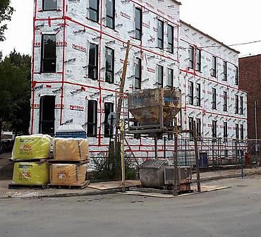 Projet de briquetage maconnerie sur condos locatifs a Cote St-Paul a Montreal - Briques Champlain format métrique, Blocs 12x24 gris de Techo Bloc, Allèges de ciment gris, Linteaux de ciment gris.