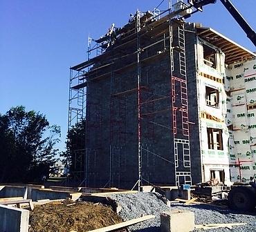Mur de bloc de beton coupe-feu - Installation de bloc de béton, bloc de construction gris. Ce mur de bloc de béton est utilisé afin de séparer le bâtiment en deux pour qu'il devienne deux bâtiments distincts