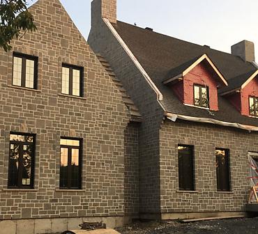Projet de briquetage maconnerie Construction residentielle neuve - Installation de pierres Pionnier de Techo Bloc, Allèges de pierres Indiana, Clé de voûte Indiana, Joints pleins tirés façon Vieux Québec.