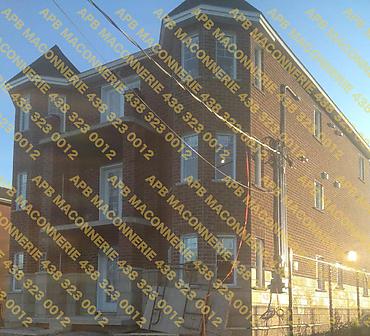 Projet de briquetage maconnerie pose de brique CSR - Installation de brique neuve format CSR sur triplex locatif Lieu Ville de Longueuil