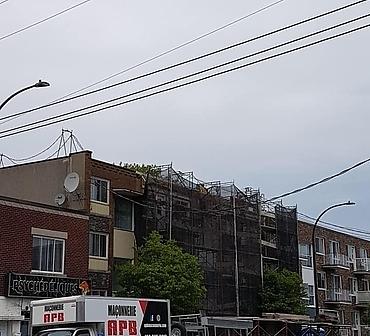 Reconstruction mur de brique a Villeray Montreal - Démolition et reconstruction complète du mur de brique. Réparation de plusieurs ventres de boeuf, infiltration d'eau et briques éclatées