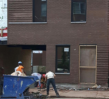 Projet de briquetage maconnerie: Immeuble a condos le St-Ambroise a Montreal - Installation de briques Meridian Brick format métrique. Installation de briques Sioux City, allèges de pierres St-Marc, linteaux de pierres St-Marc gris.