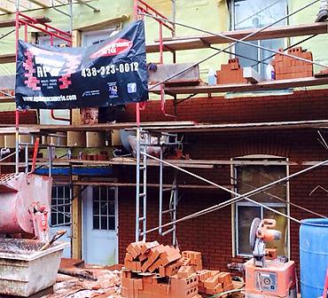 Projet de briquetage maconnerie pose de briques et alleges - Pose de briques Riverdale smooth, format métrique et installation d'allèges de pierres St-Marc sur la rue Jeanne-d'Arc dans le quartier Hochelaga Maisonneuve à Montréal.