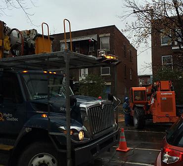 Demolition de mur de brique en urgence - Projet de demolition d'un mur de brique dangereux a Montreal dans l arrondissement Hochelaga Maisonneuve Assistance d Hydro Quebec requise etant donne la proximite des fils