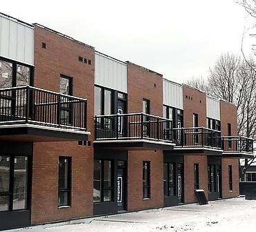 Pose de briques Kansas Bricks dans le vieux La Prairie - Installation de briques Old Colonial Smooth. Travaux de maçonnerie effectués à La Prairie sur la rive-sud de Montréal