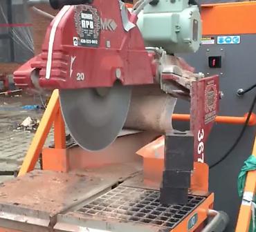 APB Maconnerie Montreal entrepreneur specialise en maconnerie et briquetage - Travaux de coupe de briques avec équipement de briqueteur spécialisé. Scie avec dépoussiéreur intégré afin de protéger l'environnement et les travailleurs.