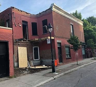 Demolition de mur massif en maconnerie - Projet de démolition d'un mur massif en brique et maçonnerie sur la rive-sud de Montréal.